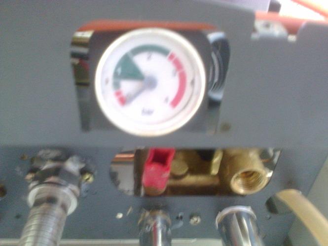 почему на катле прыгает давление на монометре